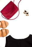 Disposizione piana di abbigliamento e degli accessori femminili eleganti Fotografie Stock Libere da Diritti