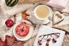 Disposizione piana di autunno con caffè, la ciambella ed il pianificatore immagini stock libere da diritti