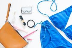 Disposizione piana di modo di estate con il bikini della banda blu Fotografie Stock