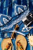 Disposizione piana di modo di estate con la macchina fotografica blu del costume da bagno del bikini ed altri accessori della rag Immagini Stock