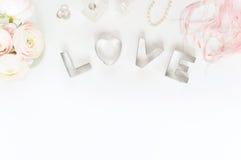 Disposizione piana disegnata con i ranunculos rosa Fotografie Stock