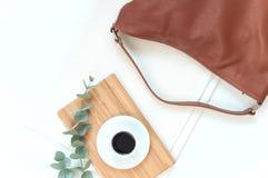 Disposizione piana elegante di colore naturale con la borsa Immagine Stock Libera da Diritti