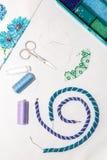 Disposizione piana Imposti per cucito Il blu ed il turchese borda su un fondo bianco Fotografia Stock Libera da Diritti