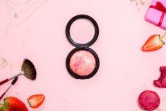 Disposizione piana rosa sveglia, modello con rossetto Stile affascinante fotografia stock
