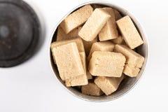 Disposizione piana sopra il fondo di Brown Sugar Cubes On The White fotografia stock