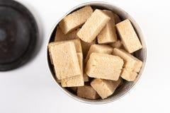 Disposizione piana sopra il fondo di Brown Sugar Cubes On The White fotografia stock libera da diritti