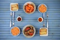 Disposizione piana spaziosa della tavola di cena con i piatti cucinati deliziosi della carne e del riso con le forcelle immagini stock libere da diritti