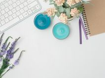 Disposizione piana, struttura dello scrittorio della tavola dell'ufficio di vista superiore worksp femminile dello scrittorio fotografia stock libera da diritti