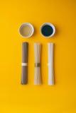 Disposizione piana, tagliatelle di riso asiatiche, soba ed udon con una ciotola di aceto nero del riso e del sesamo Fotografie Stock Libere da Diritti