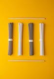 Disposizione piana, tagliatelle di soba ed udon asiatico e bastoncini Fotografie Stock