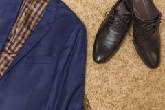 Disposizione piana un insieme dell'abbigliamento classico del ` s degli uomini Fotografia Stock