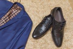 Disposizione piana un insieme dell'abbigliamento classico del ` s degli uomini Fotografia Stock Libera da Diritti