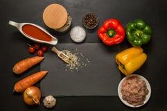 Disposizione piana, vista superiore Fine in su Ingredienti multicolori luminosi per cuocere i peperoni dolci farciti Priorità bas immagine stock