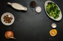 Disposizione piana, vista superiore Disposizione piana, vista superiore Ingredienti per la minestra crema dei broccoli immagini stock