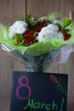 Disposizione primaverile variopinta del mazzo dei fiori del giorno della donna di marzo in vaso - cartolina d'auguri Immagine Stock