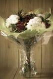 Disposizione primaverile variopinta del mazzo dei fiori del giorno della donna di marzo in vaso - cartolina d'auguri Immagini Stock