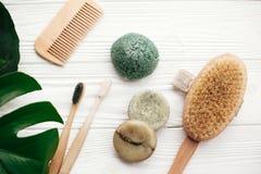 disposizione residua zero del piano Barra solida naturale dello sciampo, toothbrus di bambù fotografie stock libere da diritti
