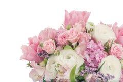 Disposizione stupefacente del mazzo del fiore nei colori pastelli isolati sopra Immagini Stock