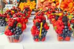 Disposizione variopinta delle bacche della frutta fresca pronte da mangiare su un mA Fotografia Stock