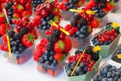 Disposizione variopinta delle bacche della frutta fresca pronte da mangiare su un mA Immagine Stock Libera da Diritti