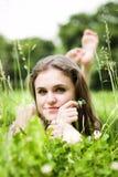 Disposizioni della ragazza su erba fotografia stock