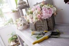 Disposizioni floreali delle rose Fotografie Stock