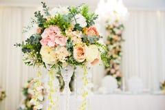 Disposizioni floreali sulla tavola di nozze immagini stock