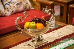 Disposto sulla frutta del tavolino da salotto del salone Immagine Stock