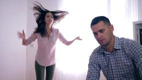 Disputa arrabbiata nella coppia sposata, in uomo ed in donna giurantesi durante il litigio dovuto il tradimento ed aggressivament archivi video