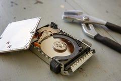 Disque cassé et détruit d'unité de disque dur sur le Tableau en bois Images stock