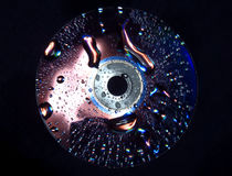Disque CD dans l'eau Images libres de droits
