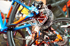 Disque de frein de vélo de montagne de sport de roue arrière dans la boutique Photographie stock