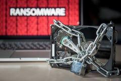 Disque dur verrouillé avec l'attaque de cyber de ransomware d'exposition de moniteur photo libre de droits