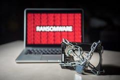 Disque dur verrouillé avec l'attaque de cyber de ransomware d'exposition de moniteur photo stock