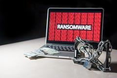 Disque dur verrouillé avec l'attaque de cyber de ransomware d'exposition de moniteur Photos stock