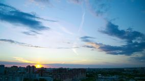 Disque fantastique du soleil sur l'horizon au coucher du soleil au-dessus de la ville foncée banque de vidéos