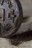 Disque pressé de thé avec hiéroglyphique photographie stock libre de droits