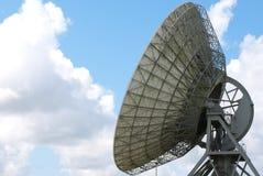 Disque satellite un ciel bleu Photographie stock libre de droits
