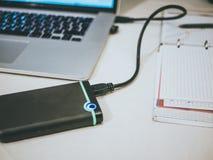 Disque transistorisé externe de hdd relié à l'ordinateur portable photos libres de droits