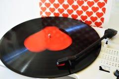 Disque vinyle avec le coeur sur le fond blanc pour le jour de valentines Photos libres de droits