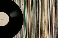 Disque vinyle sur une collection d'albums Photos stock