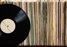 Disque vinyle sur une collection d'albums Image libre de droits