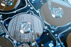 Disques durs de serveur, fibre optique lumineuse avec les lumières brouillées Image libre de droits
