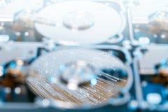 Disques durs de serveur, fibre optique lumineuse avec les lumières brouillées Image stock