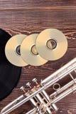 Disques et trompette cd vides image stock
