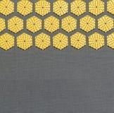 Disques jaunes hexagonaux sur le fond gris Image libre de droits
