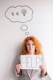 Dissapointed biznesowej kobiety mienia w połowie starzejący się plakat z słowem pomoc Fotografia Royalty Free