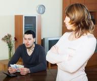Dissapointed-Frau gegen Ehemann Lizenzfreies Stockbild