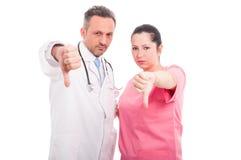 Dissapointed medische arts en vrouw neer beduimelt het geven Royalty-vrije Stock Foto's
