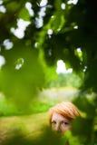 Dissimulation blonde rougeâtre de femme photographie stock